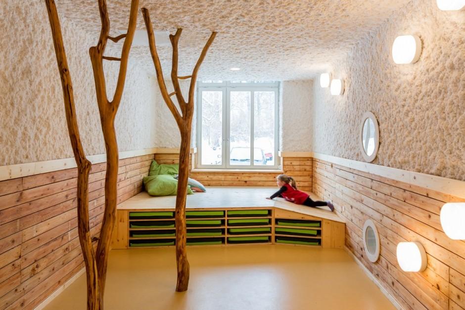 这间幼儿园及托儿所位于德国柏林,由Baukind设计完成。以自然为主题,天然材料地简单组合,结合清新的设计,以充分契合幼儿园的教育理念。设计师充分采用了自然景观的主题风格,比如粗大几根原木装饰的活动室,可以锻炼孩子们的攀爬能力;不论是储物柜或是衣架也都是由木头制成,还有可以自由组合的木盒子,可以培养孩子们的动手能力。而诸如绿色粉刷的墙壁和简单几块随意的地毯,树枝衣帽钩、高低不同的盥洗池等都处处体现出人文关怀。在这学习的幼儿园小孩,似乎很容易可以融入大自然。  版权声明:本网站所有内容包括但不限于图片、文